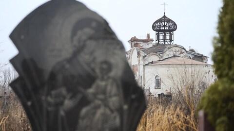 Un monastère partiellement détruit.