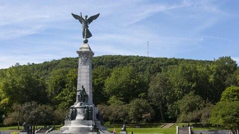 Le monument à George-Étienne Cartier, devant le mont Royal, à Montréal