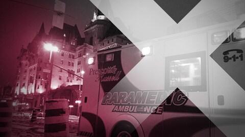 Une ambulance des Comtés unis de Prescott et Russell devant l'hôtel Château Laurier, à Ottawa.