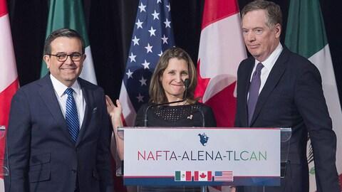 La ministre des Affaires étrangères du Canada, Chrystia Freeland, entourée du représentant du commerce des États-Unis, Robert Lighthizer (à droite), et du secrétaire mexicain de l'Économie, Ildefonso Guajardo Villarrea, lors d'une ronde de négociations tenue à Montréal le 29 janvier 2018.