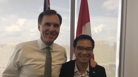 Le ministre des Finances Bill Morneau pose avec Kevin Chan.
