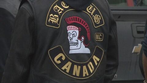L'écusson du club de motards Bacchus sur le dos d'une veste de cuir.