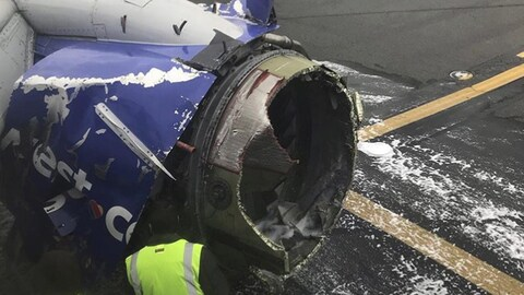L'avion a dû se poser d'urgence à cause d'un problème de moteur