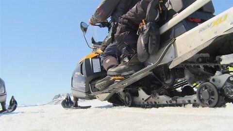 Une motoneige sur la glace