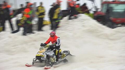 Un pilote à la course de snowcross.