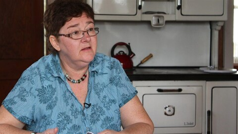 Muguette Paillé, interviewée dans une cuisine en 2012.