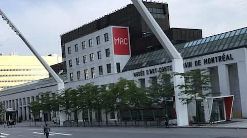 La façade d'entrée du Musée d'art contemporain situé en plein coeur du Quartier des spectacles.
