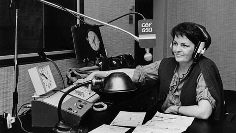 Dans un studio de radio, l'animatrice Myra Cree prend les appels téléphoniques.