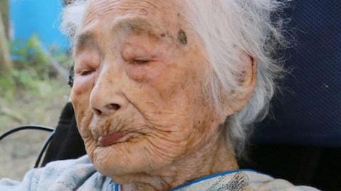 Cette photo prise en septembre 2015 montre Nabi Tajima, la personne la plus vieille du monde. La Japonaise est morte dans un hôpital de la ville de Kikai, dans le sud du Japon, le 21 avril 2018.