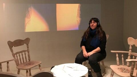 Nadia Myre, au coeur de son oeuvre « A Casual Reconstruction, Remix », présentée dans le cadre de l'exposition permanente Porter son identité – la collection Premiers Peuples au Musée McCord à Montréal.