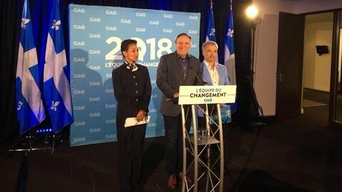 La nouvelle candidate de la Coalition avenir Québec (CAQ) dans Bertrand, Nadine Girault (gauche), est présentée par François Legault (centre). À droite, on retrouve Stéphane Le Bouyonnec, président du parti.