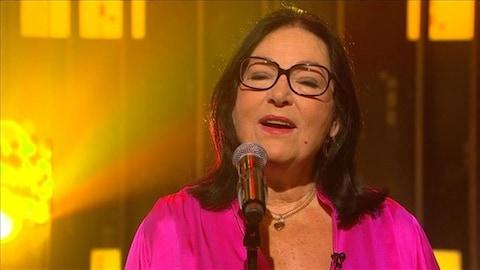 Nana Mouskouri chante sur le plateau de l'émission