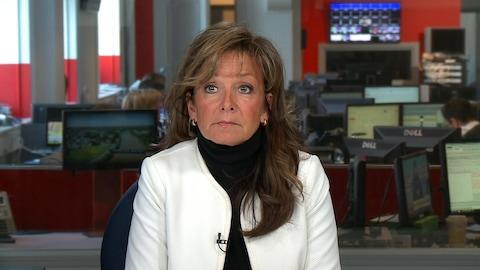 Plan moyen de Nancy Bédard sur un plateau de Radio-Canada.
