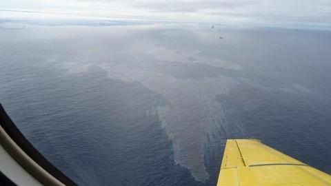Deux nappes de pétrole sur la surface de l'océan, observées d'un avion.