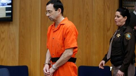 Larry Nassar vêtu de sa combinaison orange de prisonnier.