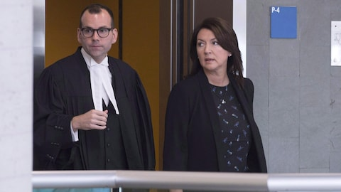 L'ex-ministre libérale Nathalie Normandeau, en compagnie de son avocat, au palais de justice de Québec le 29 août 2016.