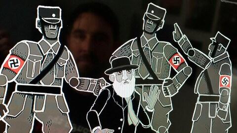 Des soldats nazis en uniforme arrêtent un vieil homme portant un chapeau et une barbe blanche.