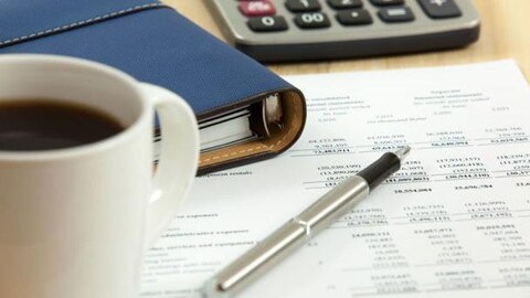 Un crayon repose sur des documents comptables.