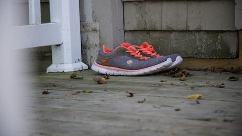Des chaussures à l'extérieur d'une maison d'hébergement pour adolescents.