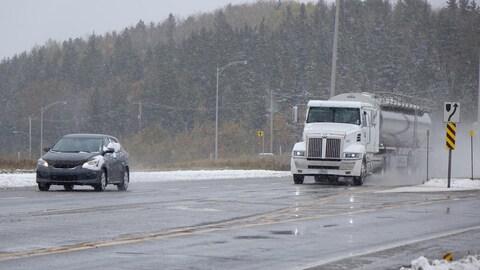 Un camion et une voiture sur l'autoroute 20