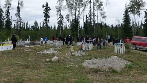 Une vingtaine de personnes proche de la tombe de Nolan