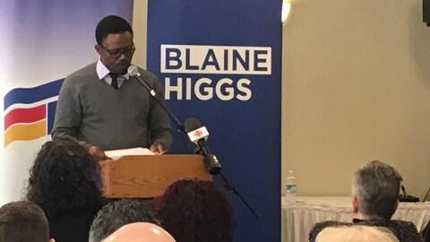 Paulin Blaise Ngweth prononce un discours devant les militants