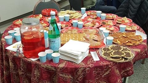 Une table garnie de plats de la Syrie
