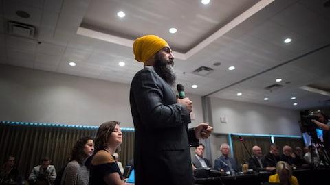Le chef du NPD, Jagmeet Singh, prenant la parole lors de la deuxième journée  du caucus du NPD à Surrey, en Colombie-Britannique.