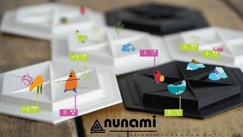 Des planches de jeu en hexagones et le logo de Nunami.