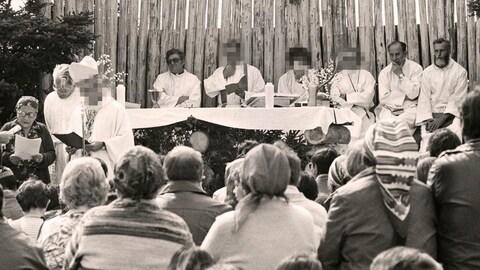 Des missionnaires oblats devant des Innus venant participer à une célébration religieuse.