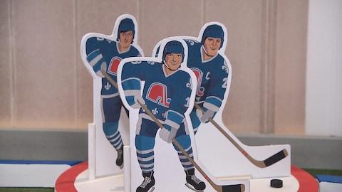 Maquette de l'œuvre d'art honorant les frères Stastny. Les trois Slovaques sont représentés en joueurs de hockey sur table.