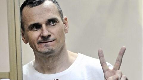 Oleg Sentsov fait un signe de paix avec sa main après avoir entendu son verdict, en 2015.