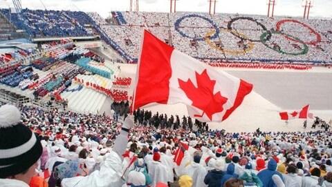 Vue sur le drapeau du Canada dans un stade rempli de personnes