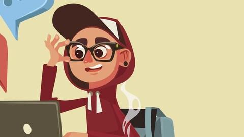 Un jeune avec des lunettes est assis devant un ordinateur