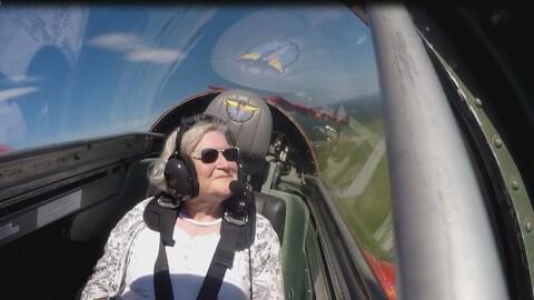 Osanne Boucher Caroll, 84 ans, a apprécié chaque minute passée en avion à réaction. « Je n'ai aucun regret, aucun regret », a-t-elle assuré quelques instants après l'atterrissage. On l'aperçoit ici à plus de 3200 pieds dans les airs. Elle sourit et regarde dehors.