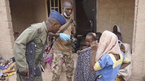 Des militaires nigérians avec des otages libérées de Boko Haram