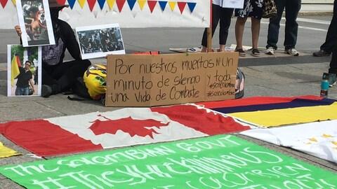 Una pancarta durante la manifestación del 22 de junio en Ottawa dice: Por nuestros muertos ni un minutos de silencio y toda una vida de combate.