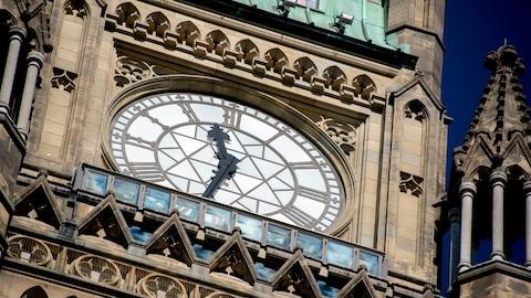 Une photo de l'horloge de la tour de la Paix.