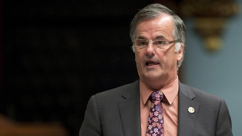 Guy Ouellette debout dans l'assemblée nationale