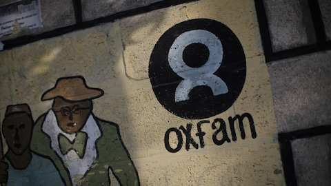Le logo d'Oxfam sur un mur du camp Corail, en Haïti, après le séisme de 2010.