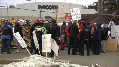 Des syndiqués débraient devant l'usine de Paccar.