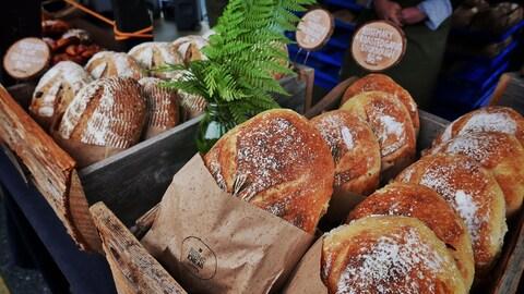 Du pain artisanal au marché fermier du centre-ville de Vancouver