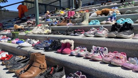215 paires de souliers sur les marches du Palais législatif de Regina.