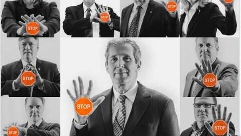 Le premier ministre du Manitoba et plusieurs députés qui brandissent un panneau d'arrêt orange.