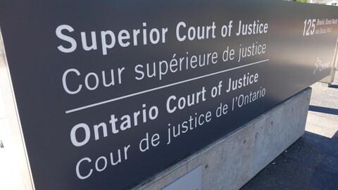 Enseigne extérieure de la Cour supérieure de justice.