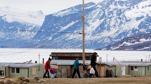 Une famille se promène dans la communauté de Pangnirtung, au Nunavut.