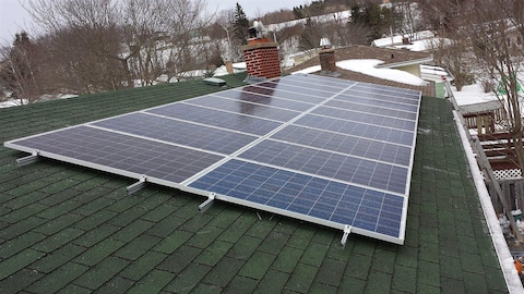 Des panneaux solaires installés sur le toit d'une résidence.
