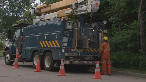 Une équipe d'Hydro-Québec réparent les pannes.