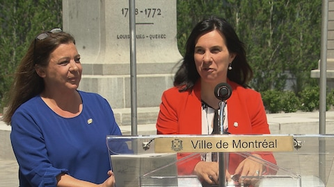 Les deux femmes sont derrière un lutrin de la Ville de Montréal.