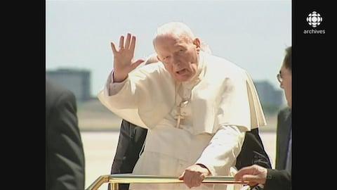 Le Pape Jean-Paul II saluant la foule réunie sur le tarmac de la piste de l'aéroport Pearson, à Toronto